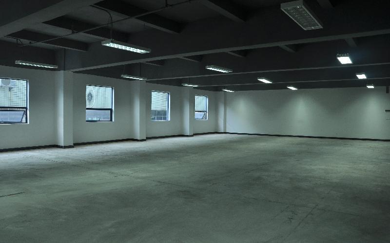 东岳财富广场写字楼出租472平米毛坯办公室105元/m².月